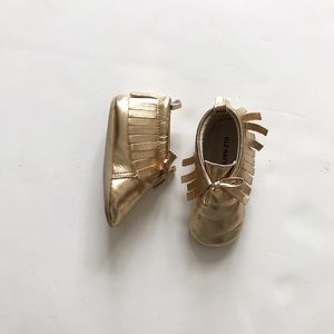 Old Navy gold moccasins EUC 12 - 18m (size 4)